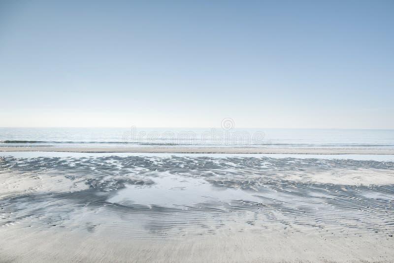 Overzeese horizon en wit zandig strand Vada, Toscanië, Italië royalty-vrije stock afbeeldingen