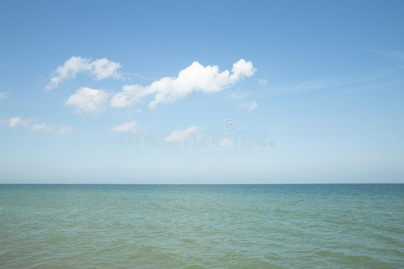 Overzeese horizon met een wolk stock fotografie