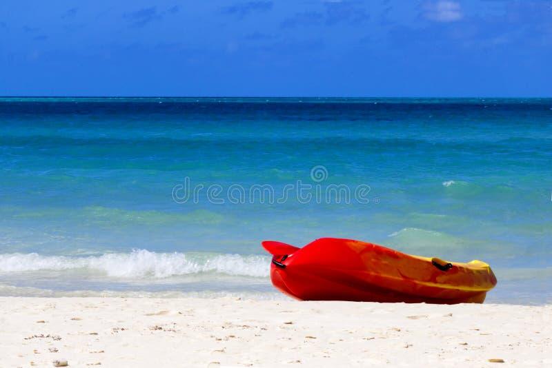 Overzeese kajak op een strand in Caribbeans royalty-vrije stock foto's
