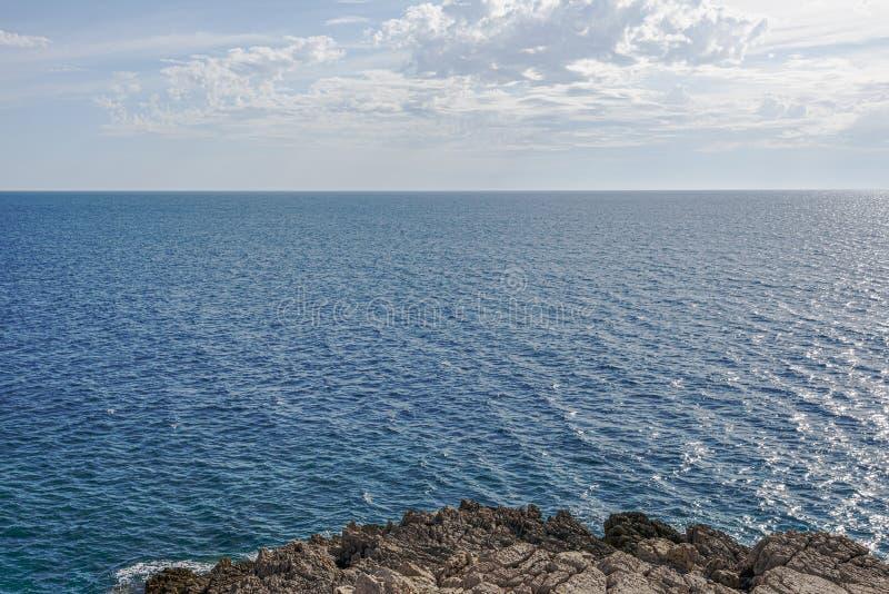 Overzeese kalme oppervlakte en blauwe wolkenhemel horizon Baai Gertsegnovska in Adriatic stock foto's