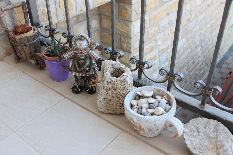 Overzeese kiezelstenen in een bloempot stock foto