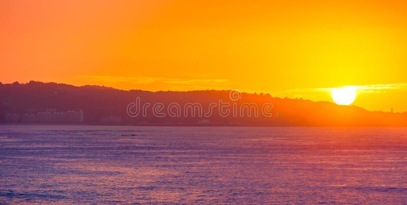 Overzeese Klip op zonsopgang met mooie dramatische hemel en oceaankust stock foto's