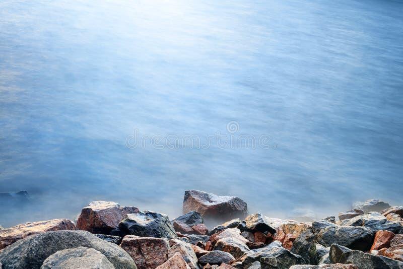 Overzeese kust bij onweer met lange blootstelling stock foto