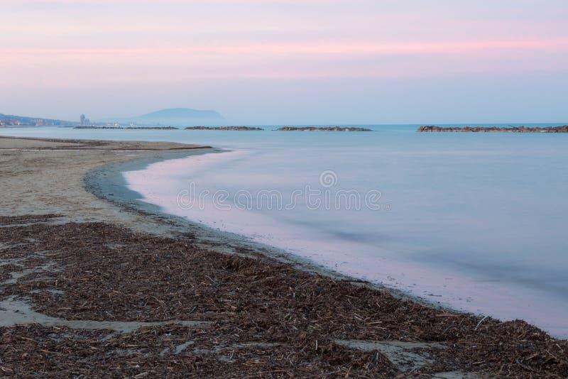 Overzeese kust bij schemer royalty-vrije stock afbeeldingen