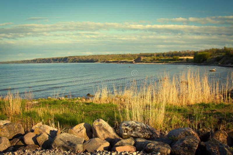 Overzeese kust in de lente in heet weer stock afbeeldingen