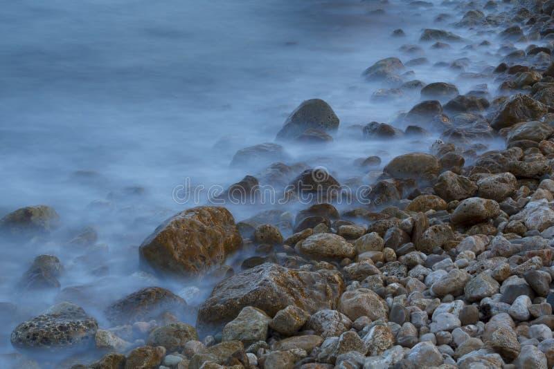 Overzeese kust in een lang blootstellingsschot royalty-vrije stock afbeelding