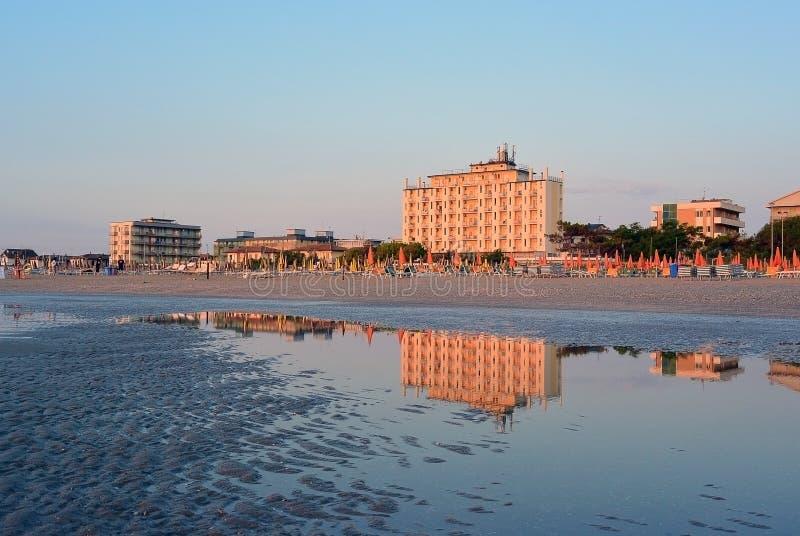 Overzeese kust en mening over Adler-hotel in Lido Di Classe, Italië stock afbeelding