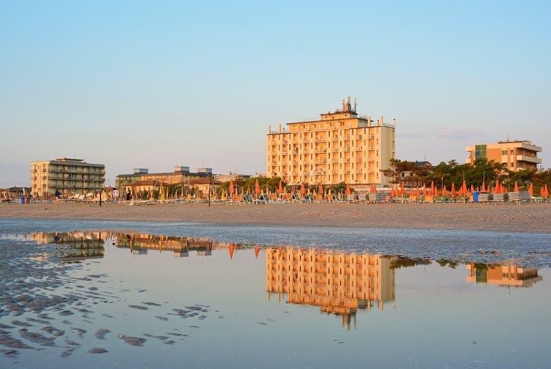 Overzeese kust en mening over Adler-hotel in Lido Di Classe, Italië royalty-vrije stock foto