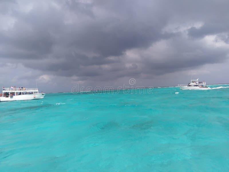 Overzeese, kust en oceanic landforms, waterweg, oceaan, watervervoer, hemel, water royalty-vrije stock foto's