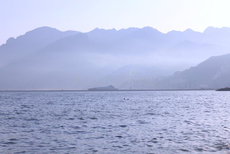 Overzeese kust met bergen, dok en schip in Salerno, Italië royalty-vrije stock afbeelding