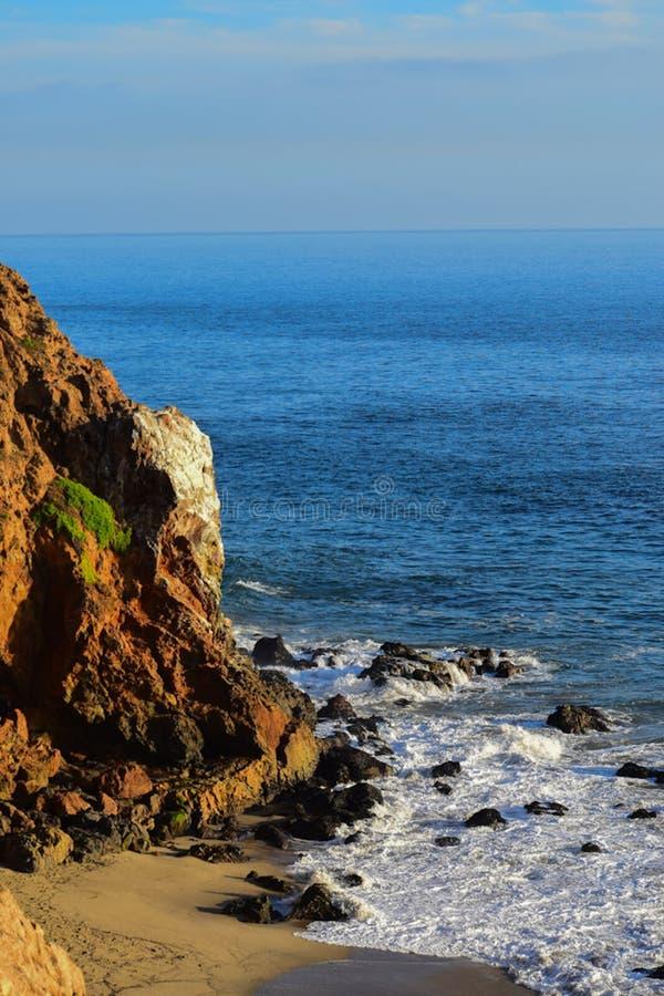 Overzeese kustklippen en rotsen royalty-vrije stock foto's