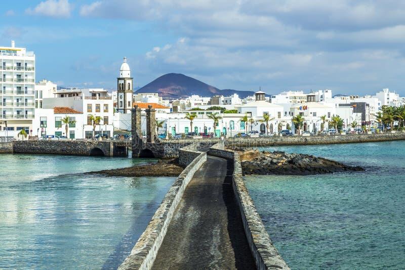 Overzeese mening bij Kasteel van San Gabriel en Arrrecife, Lanzarote, Cana stock foto's
