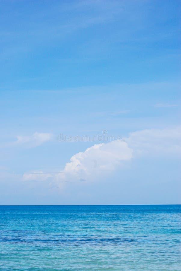 Overzeese mening met aardige blauwe hemel stock foto's