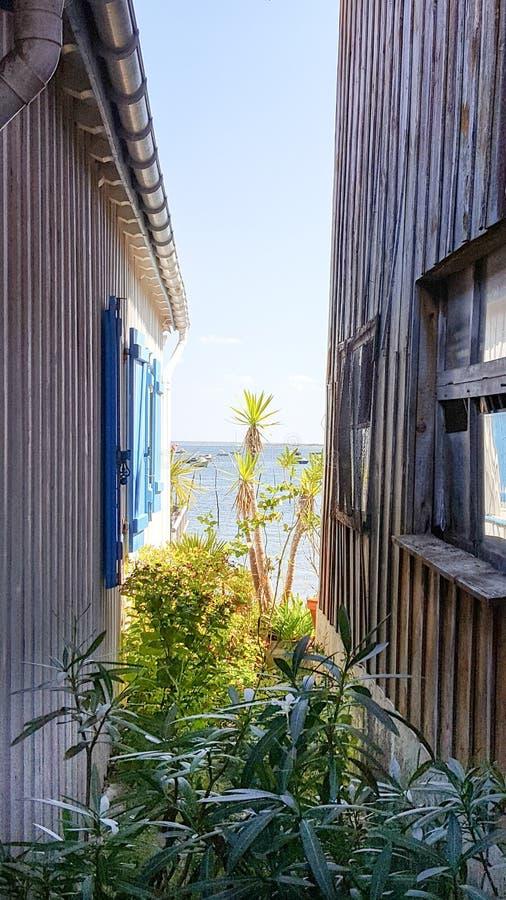 Overzeese mening tussen houten huis twee stock foto's