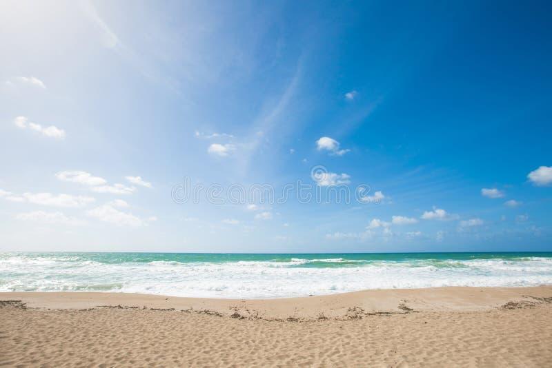 Overzeese mening van tropisch strand met zonnige hemel Het strand van het de zomerparadijs in Nahariya, Israël royalty-vrije stock foto's