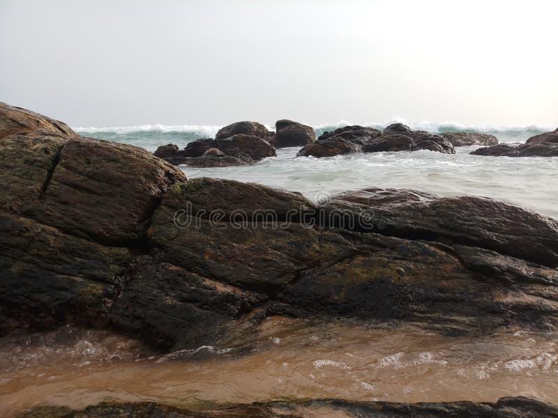 Overzeese oceaan met rotsen mooi strand stock foto's