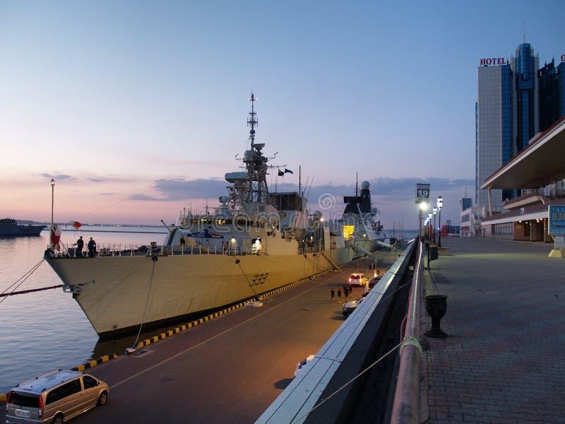 Overzeese passagiersterminal, Marineschepen op het Zeebries, fregat Toronto, torpedojager Duncan Odessa, de Oekraïne - Juli 2019 stock afbeeldingen