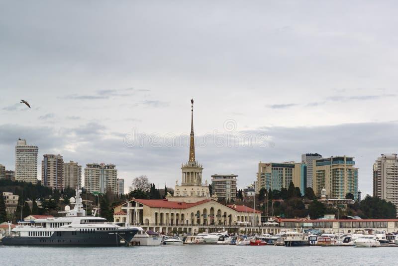 Overzeese post, boten en jachten op het gebied van het havenwater tegen de achtergrond van stadshoogten op een bewolkte de lentea royalty-vrije stock fotografie