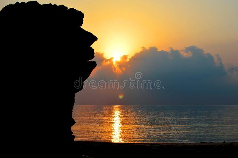 Overzeese rots tijdens zonsopgang royalty-vrije stock foto