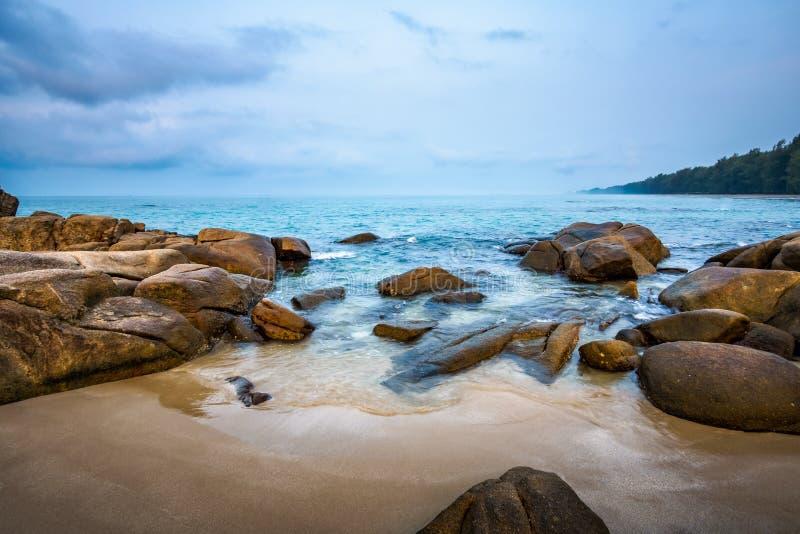Overzeese rotsen op het strand in ochtend stock foto's