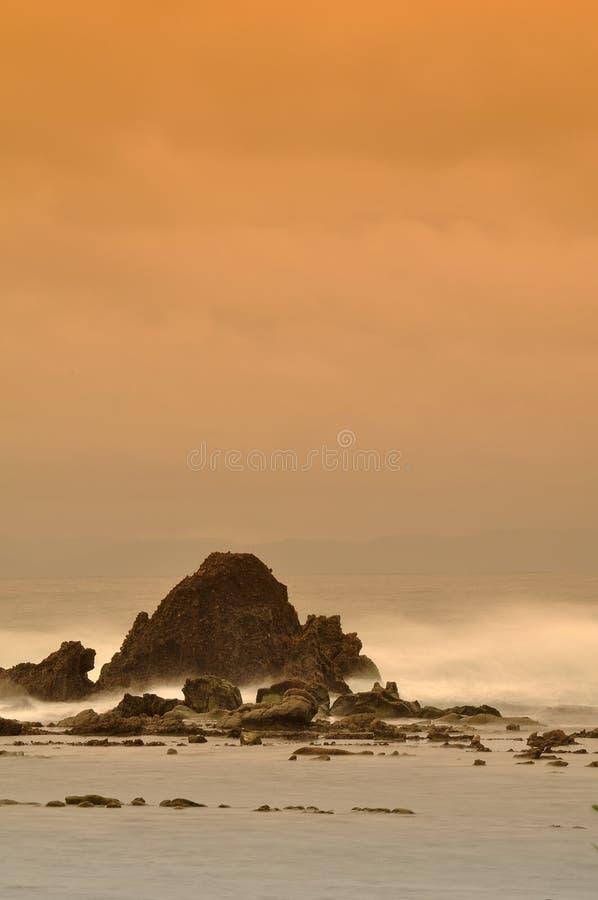 Overzeese Rotsen in zonsondergang stock afbeelding
