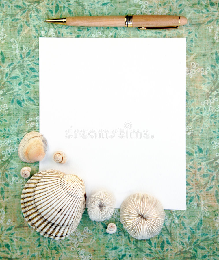 Overzeese Shells met het Document en de Pen van de Nota stock afbeelding