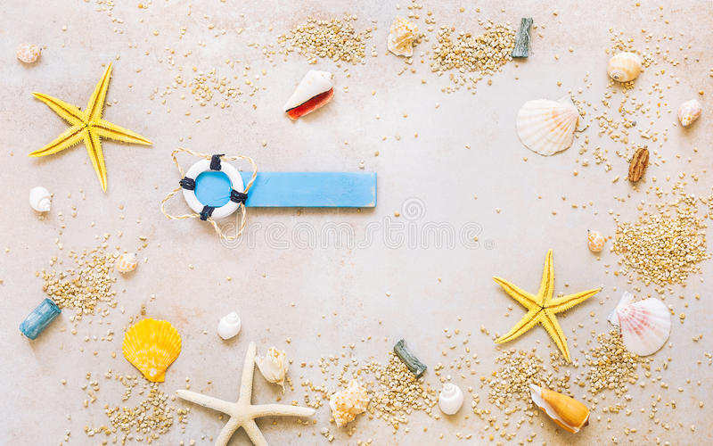 Overzeese shells met zand en mariene punten als achtergrond stock afbeeldingen