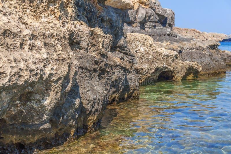 Overzeese steen natuurlijke klip met de schoonheidszeegezicht van de waterkust royalty-vrije stock afbeeldingen