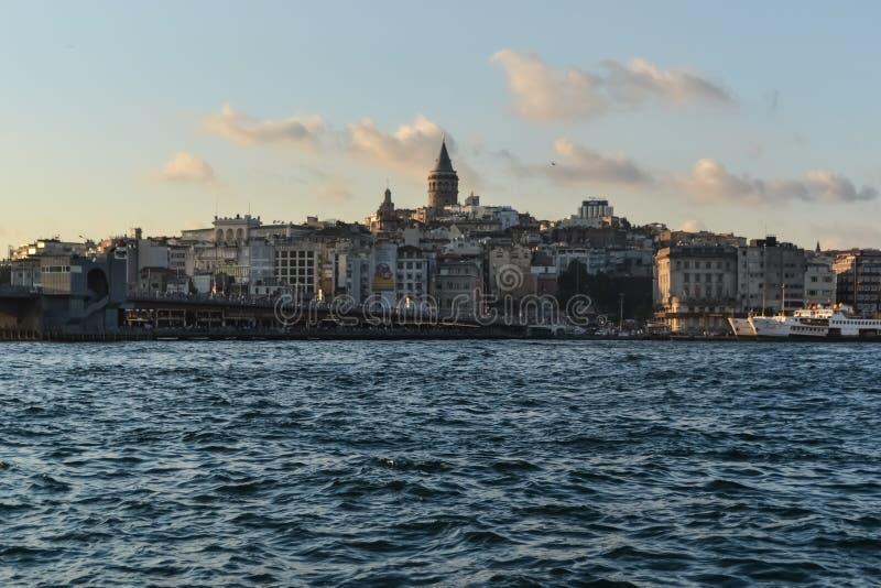 Overzeese Straatmening van de tegenovergestelde kust blauwe overzeese horizonwolken Istanboel Bosphorus royalty-vrije stock foto's