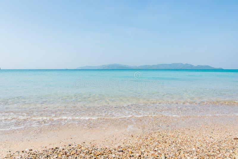 Overzeese strand het blauwe hemel en landschap van de zonlichtontspanning stock fotografie