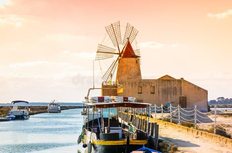 Overzeese van de de windmolen van Sicilië, Trapan zoute productie, Italië royalty-vrije stock foto