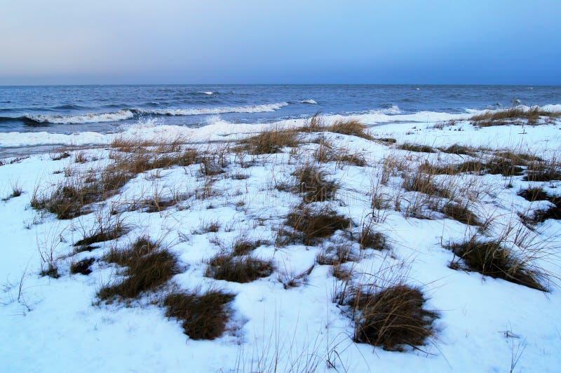 Overzeese van de de winterschemering mening stock afbeelding