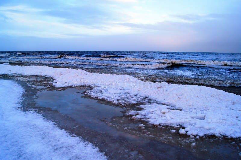 Overzeese van de de winterschemering mening stock foto's