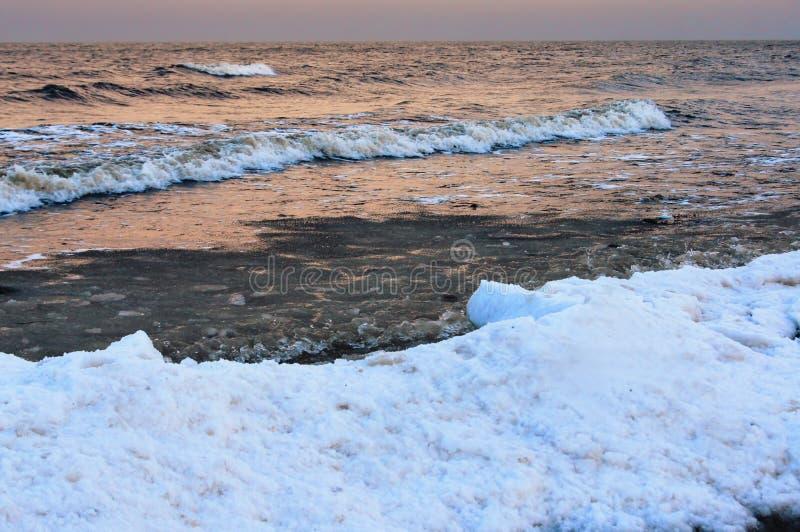 Overzeese van de de winterschemering mening stock afbeeldingen