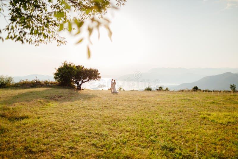 Overzeese van de het paarreis van het wittebroodswekenhuwelijk zij achtermening stock foto