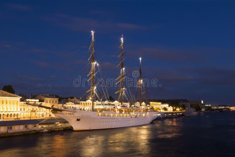 Overzeese van het cruiseschip ` Wolk II ` dichtbij de Engelse dijk in heilige-Petersburg de zomernacht stock afbeeldingen