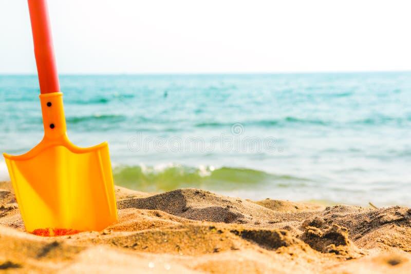 Overzeese van het de zomerstrand horizon met stuk speelgoed schop die zich in zand bevinden Copyspace stock afbeeldingen
