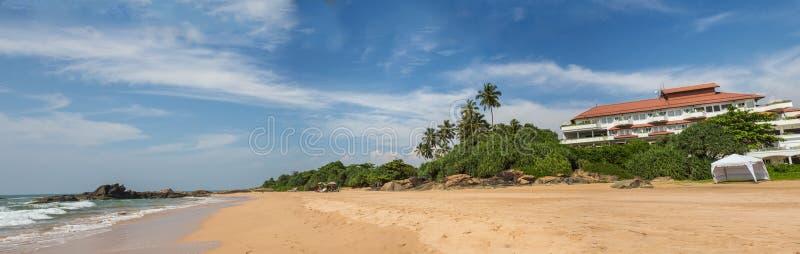 Overzeese zandhemel en de zomerdag stock afbeeldingen