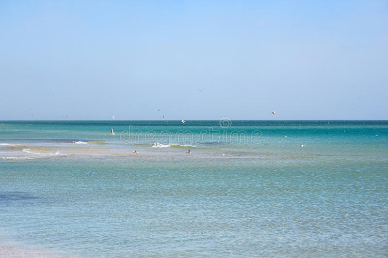 Overzeese zandhemel en de zomerdag Mooi Tropisch Strand Mooi strand en tropische overzees Zeekust stock foto's