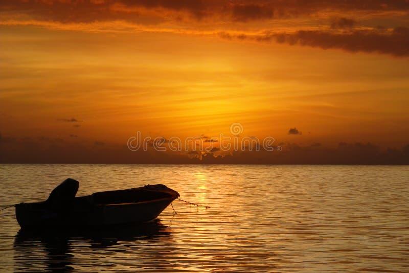 Overzeese zonsondergang en boot. royalty-vrije stock foto's