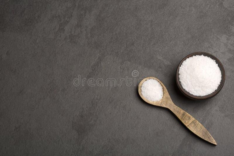 Overzeese zoute kristallen - Grijze achtergrond stock afbeelding