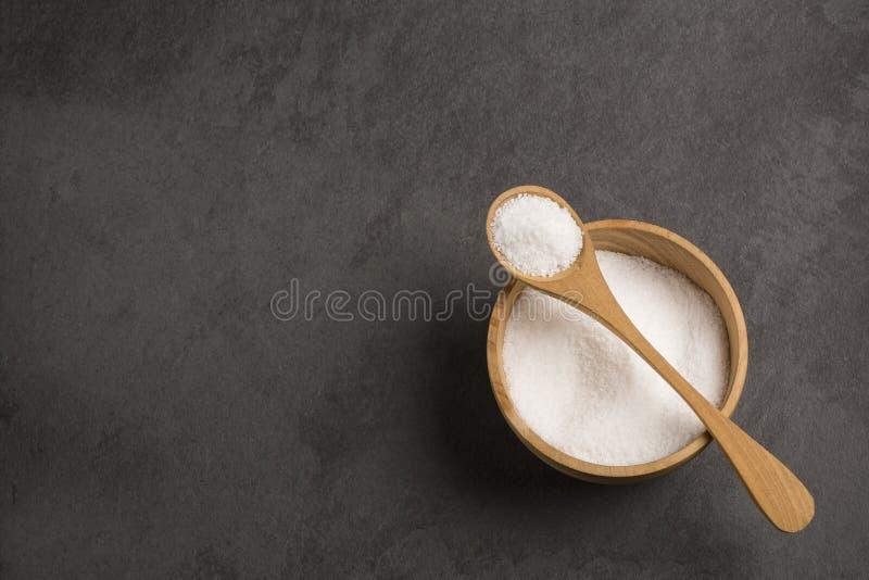 Overzeese zoute kristallen - Grijze achtergrond stock foto