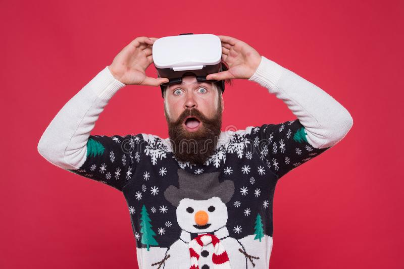 Overzicht Gadgets Techno-blogger Beared hipster play game vr Merry kermas Cybergaming Virtuele prestatie Toekomst royalty-vrije stock afbeelding