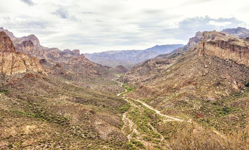 Overzicht van Apache-sleep toneelaandrijving, Arizona stock foto's