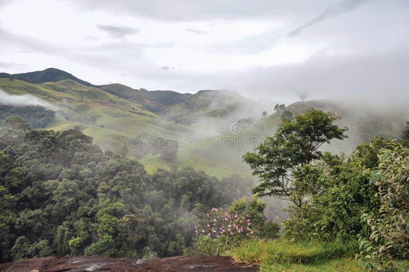 Overzicht van Bos en heuvels die door mist en wolken dichtbij de stad van polis van Joanà wordt gehuld ³ stock afbeelding