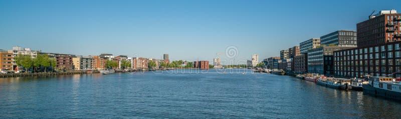 Overzicht van de Haven van IJhaven IJ in een nieuw ontwikkeld deel van Amsterdam royalty-vrije stock foto