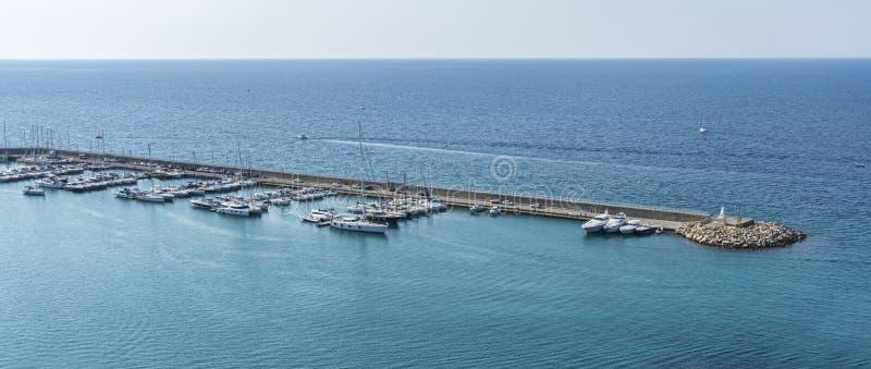 Overzicht van de jachthaven van Agropoli-dorp royalty-vrije stock foto