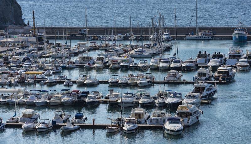 Overzicht van de jachthaven van Agropoli-dorp stock afbeelding