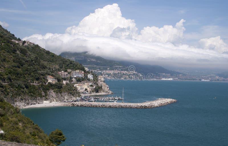 Overzicht van de jachthaven van Cetara-dorp, door Amalfi Kust stock afbeelding
