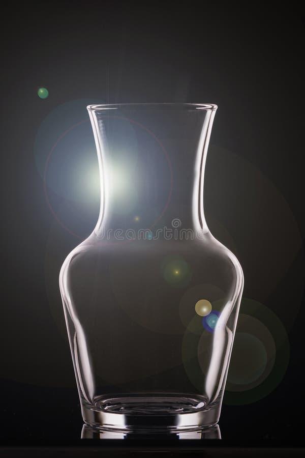 Overzicht van een glasvaas over zwarte achtergrond, de verticale regeling van de lay-out royalty-vrije stock fotografie